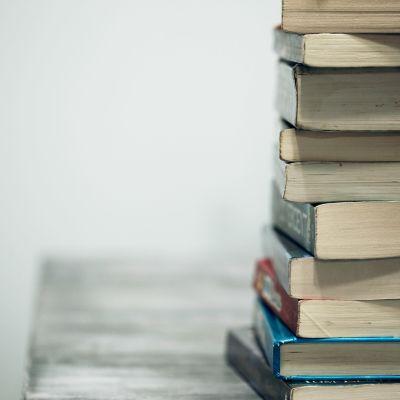 böcker på hög