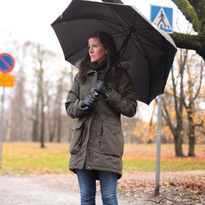Lina Falcken på promenad i regnet.