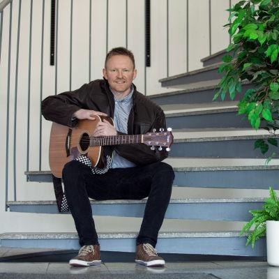 David Strömbäck med gitarr