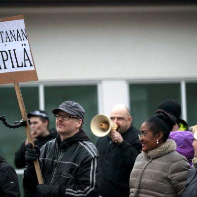 Demonstration vid en flyktingförläggning i Kempele