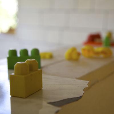 Leksaker i ett rivet hus i Hebron på Västbanken