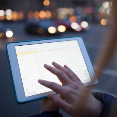 En hand fingrar på en pekdator.
