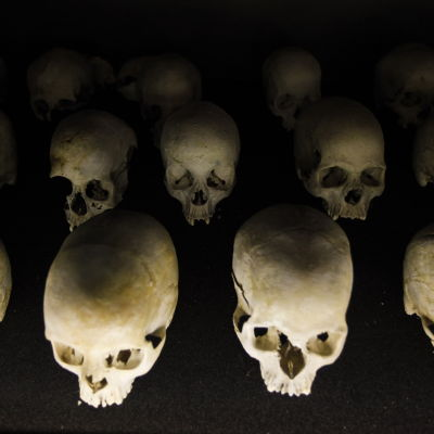 Skallar av döda efter folkmordet i Rwanda.