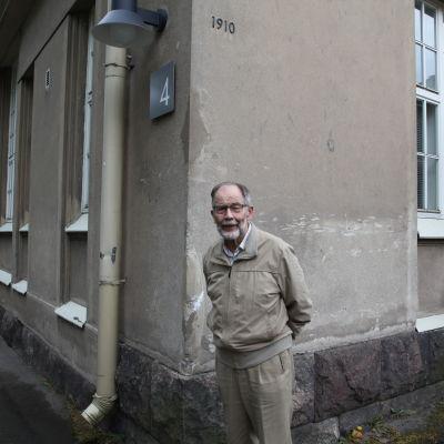 Läkaren Juhani Lähdevirta utanför avdelning 4 på Aurora sjukhus, där han tog emot Finlands första aidspatienter 1983.