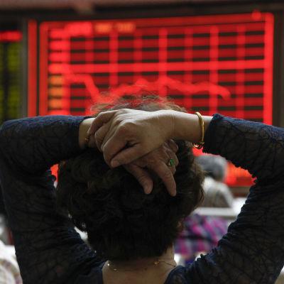 Placerare tittar på en skärm med börsdata på en börsmäklarfirma i Peking den 1 september 2015.