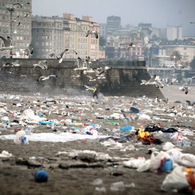 Skräp på A Coruñas strand i Galicien i Spanien.