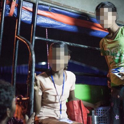 Två unga flickor som arbetar på en klädfabrik.