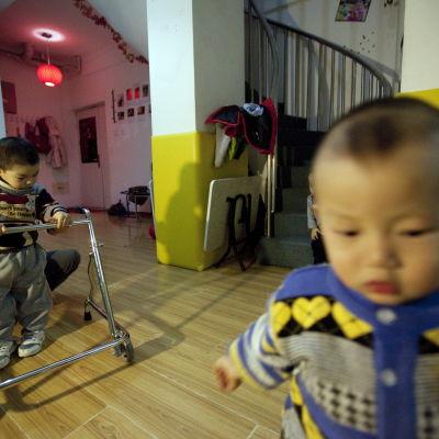 handikappade föräldralösa barn på ett barnhem i Kina.
