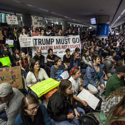 Demonstration mot Donald Trumps immigrationsdekret i flygplatsen i San Fransisco.