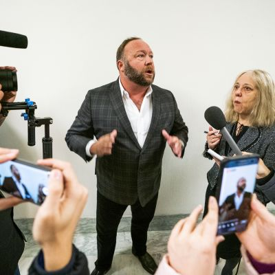 Radiovärden och konspirationsteoretikern Alex Jones (i mitten) under en presskonferens i Washington i december 2018.