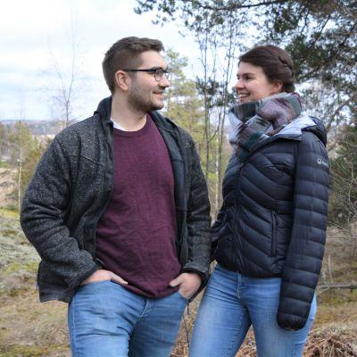 En man och en kvinna som tittar på varandra leendes.