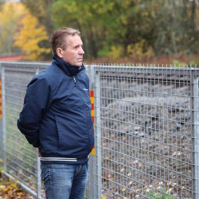 Vaasalainen Jarmo Luoma seisoo vanhan tasoristeyksen luona.