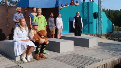En bild av Raseborgs Sommarteaters scen med skådespelare.