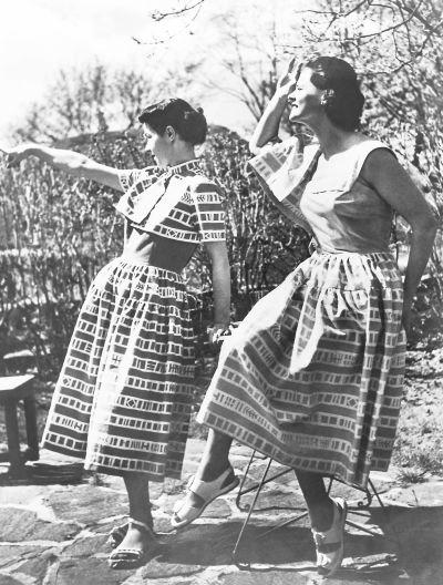 Kaksi naista Tik-Tak -mekoissa Marimekon ensimmäisessä näytöksessä Kalastajatorpalla. Kangas Tik-Tak. Suunnittelija Eeva Inkeri Tilhe.