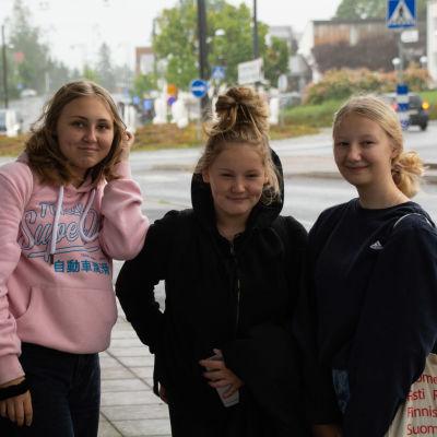 De tre kompisarna står på gatan i Nickby och tittar in i kameran.