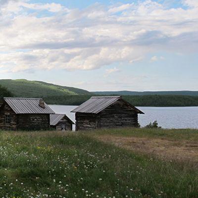 Utsjoen kirkkotupia kesällä.