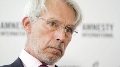 En bild av Heinz Patzelt. Grå skäggstubb, grått hår och glasögon.