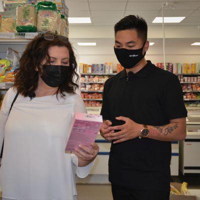 kvinna och man i asiatisk mataffär