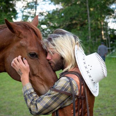 Olli Kinnunen suutelee hevostaan