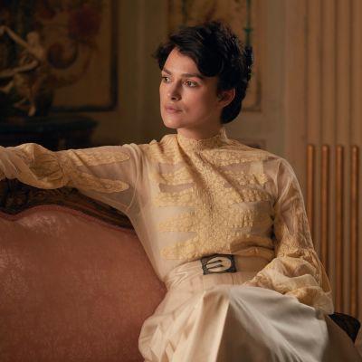 Keira Knightley poserar lojt som Colette.