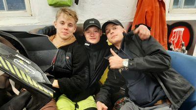Eelis Lundberg, Jim Kallioinen och Aron Hakanen ger tummen upp för mopedverkstaden i Ingå.