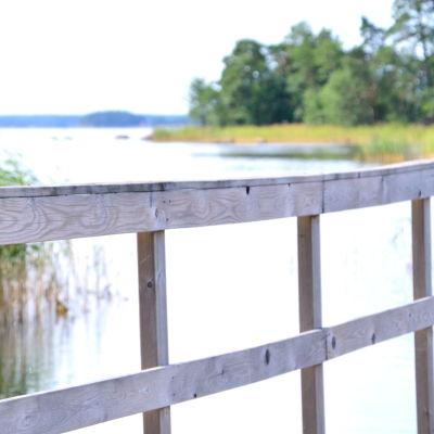 Den gamla bryggan vid Valkom simstrand.