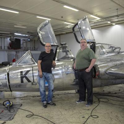 Miehet korjaamassa entisöimässä Fouga Magisteria.
