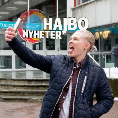 Nadine Baarman tar selfie med tungan ute och Hajbo Nytt logo.