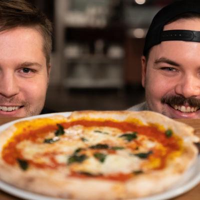 Pertti Kallioinen ja Henri Auvinen pizzan äärellä.