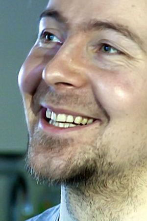 Teemu Syrjälä hymyilee lähikuvassa.