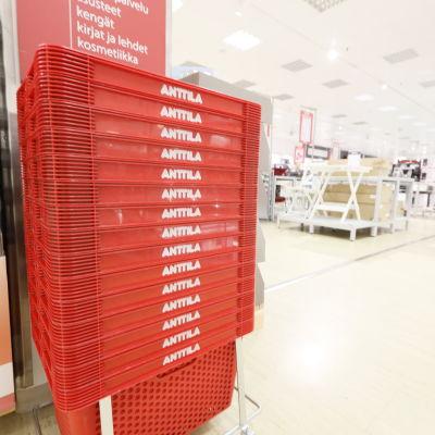 Varukorgar i Anttilas butik.
