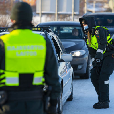 Rajavartiolaitos suorittaa rajatarkastuksia Torniossa viides helmikuuta. Taustalla liikenneruuhka.