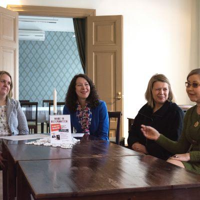 Malin Wälitalo-Palo, verksamhetsledare på Österbottens hantverk, Ann-Sofi Backgren från Österbottens förbunds jämställdhetsgrupp, Ann-Maj Granstubb från Malakta och Eija Koski från Ekoart.