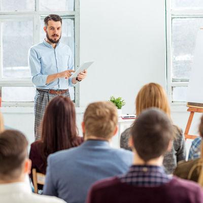 Studerande deltar i en föreläsning