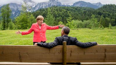 Angela Merkel diskuterar livligt med Barack Obama