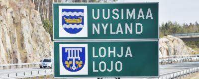Nylands och Lojos skyltar vid motorvägen.