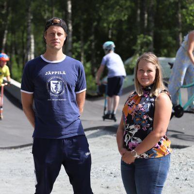 Pieksämäen kaupungin puutarhuri Henna Järvinen ja somevastaava Hannu Lappi