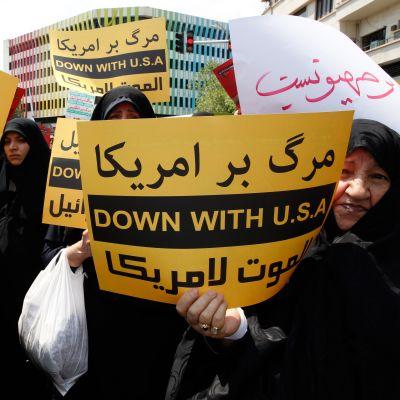 Demonstration mot USA efter att landet drog sig ur kärnkraftsavtalet med Iran.