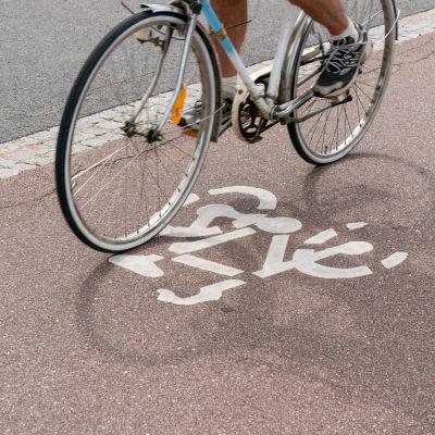 En cykel susar fram på en lättrafikled.