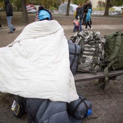 En man från Afghanistan försöker hålla sig varm i Berlin.