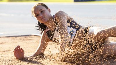 Senni Salminen landar i sanden.