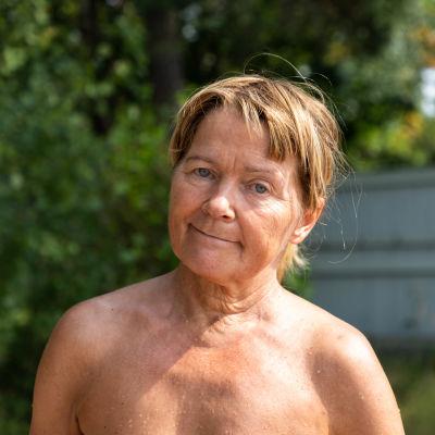 Helsingin Seurasaaressa sijaitsee yksi kaupungin nudistirannoista. Eeva Niemiaho on pitkäaikainen kävijä rannalla. Eeva Niemiaho on pitkäaikainen kävijä rannalla.