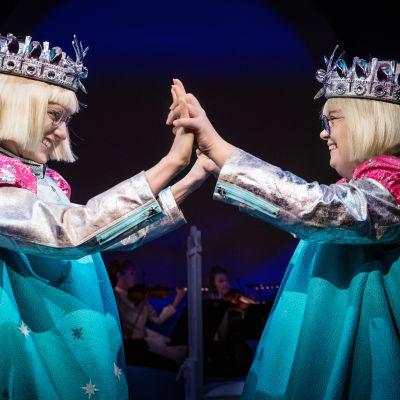 Två drottningar med händerna mot varandra på DUV-teatern.