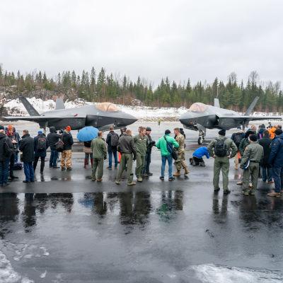 Median edustajia Lockheed Martin F-35 Lightningin esittelytilaisuudessa Pirkkalassa.