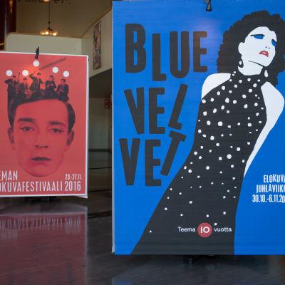 Teeman elokuvafestivaalin julisteita eri vuosilta näytteillä Helsingin Bio Rexin aulassa.