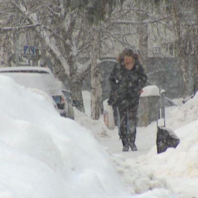 Jalankulkijat joutuvat väistelemään kulkuväylille kipattuja lumikasoja.