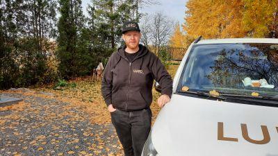 Eemeli Liljeström lutad mot sin bil.