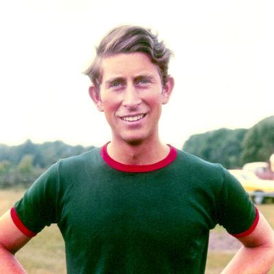 En 23-årig prins Charles spelar polo.