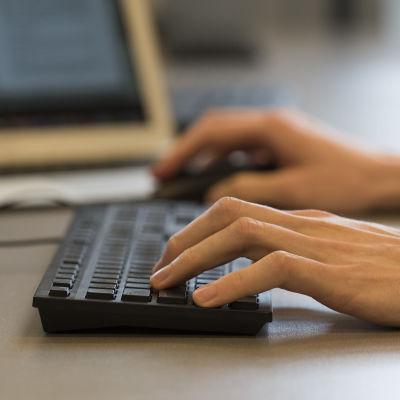 händer som skriver på tangentbord