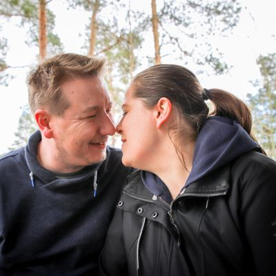 Niko ja Katri Sipilän hellä hetki kotiterassilla